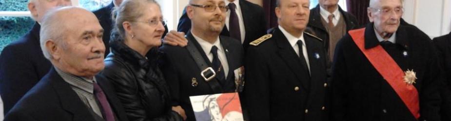 Remise du diplôme de porte drapeau à Bertrand Delmé.